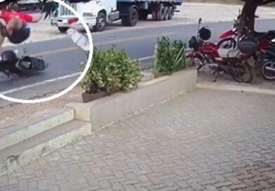 Motociclista é arremessado após ser atropelado por caminhonete em Santa Quitéria